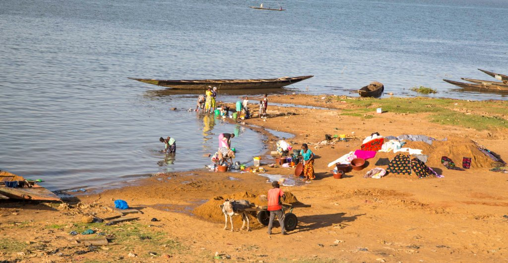 Washing pots, pans, clothes and bodies in the Niger